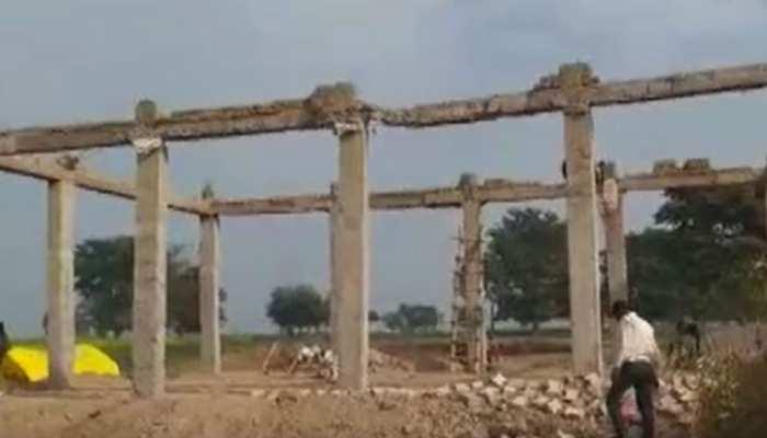 मुरादनगर के बाद अब ललितपुर में गिरा निर्माणाधीन बीम, जिला पंचायत करा रही थी निर्माण