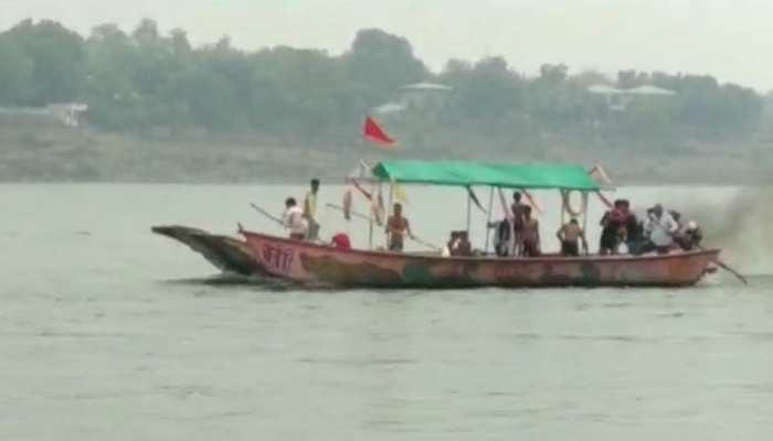नर्मदा नदी में पलटी नाव, गोताखोरों ने 9 लोगों को डूबने से बचाया, 2 लापता लोगों में एक की मौत