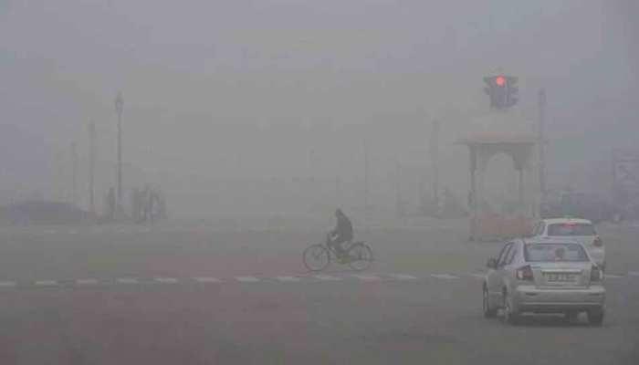 Weather Update: दिल्ली में अभी कुछ दिन और जारी रहेगा कोहरे और शीतलहर का कहर