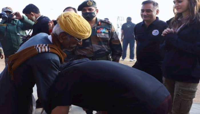Akshay Kumar ने छुए इस शख्स के पैर, जानिए कौन है रियल बॉर्डर हीरो