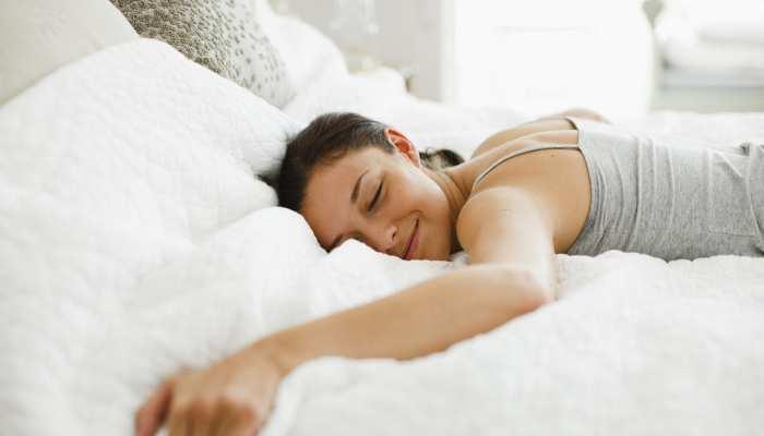 क्या आप भी सोते हैं पेट के बल? तुरंत छोड़ें ये आदत वरना हो सकती हैं गंभीर परेशानियां
