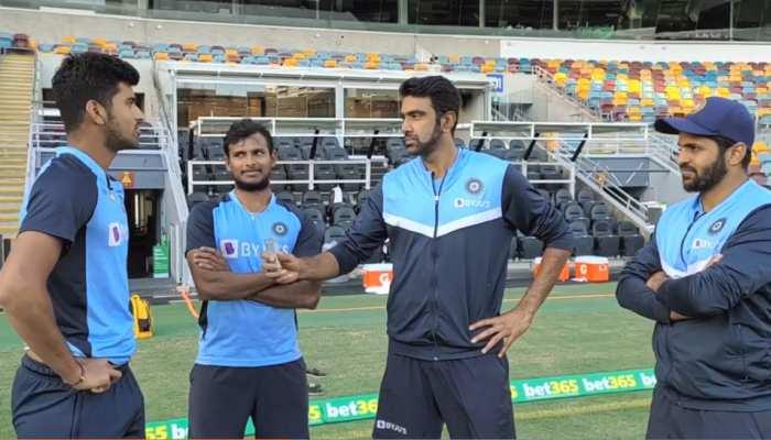 Brisbane Test: Anchor के रोल में नजर आए Ravichandran Ashwin, Washington Sundar से पूछा- 'क्या टेस्ट क्रिकेट आसान है?'