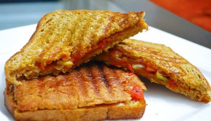 Healthy Breakfast Recipe: नाश्ते में बनाएं स्वादिष्ट Capsicum Tomato Mayo Sandwich, जानिए रेसिपी