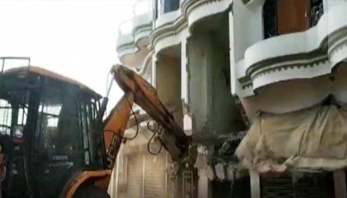 योगी सरकार की रडार पर अतीक अहमद के करीबी, अब शूटर 'दुर्रानी' के अवैध निर्माण पर चला बुलडोजर