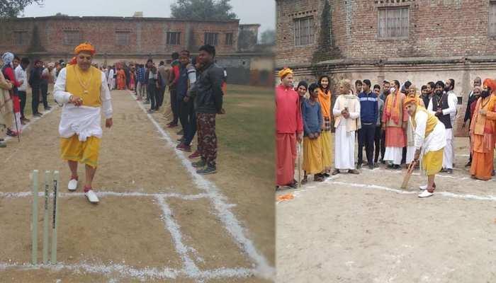 यूपी दिवस का अनोखे अंदाज में मनाया जश्न, साधु-संतों ने खेला 'सुपर ओवर' क्रिकेट मैच