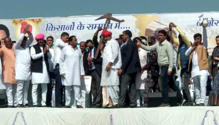 किसानों के समर्थन में 3000 ट्रैक्टरों के साथ कांग्रेस का हल्लाबोल, आलू की माला पहनाकर हुआ कमलनाथ का स्वागत