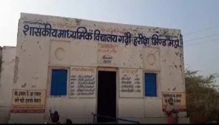 शराब माफिया की करतूत, शिक्षा के मंदिर को बना दिया अवैध शराब का अड्डा