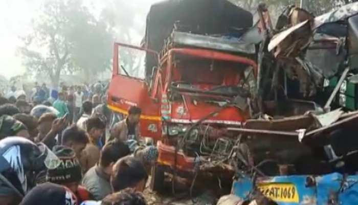 UP: बस और ट्रक के बीच भयानक टक्कर, अब तक 10 की मौत, 25 से ज्यादा घायल