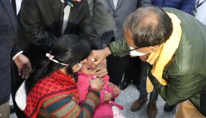 """Polio Sunday: """"दो बूंद जिंदगी की"""" पिलाकर CM शिवराज ने किया पोलियो अभियान का शुभारंभ"""