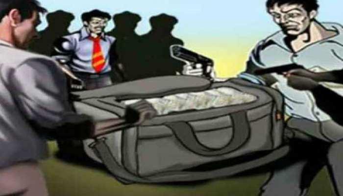 Bettiah: Budget वाले दिन Police की नाक के नीचे से बदमाशों ने की लूटा बैंक, कर्मी को कर दिया लहूलुहान