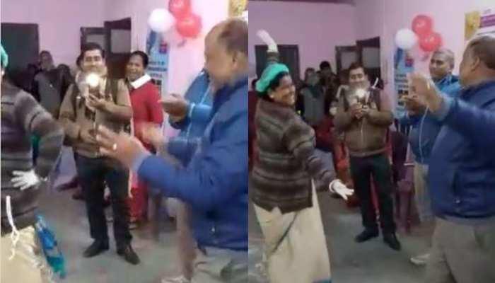 Motihari: 'जवानी तुझ पर लुटाऊंगी ओ राजाजी' पर जमकर थिरके डॉक्टर साहब, आशा कार्यकर्ताओं से लगवाए ठुमके