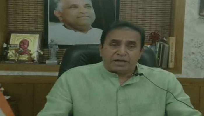 महाराष्ट्र के गृह मंत्री की तस्वीर 'अपराधियों' के साथ?