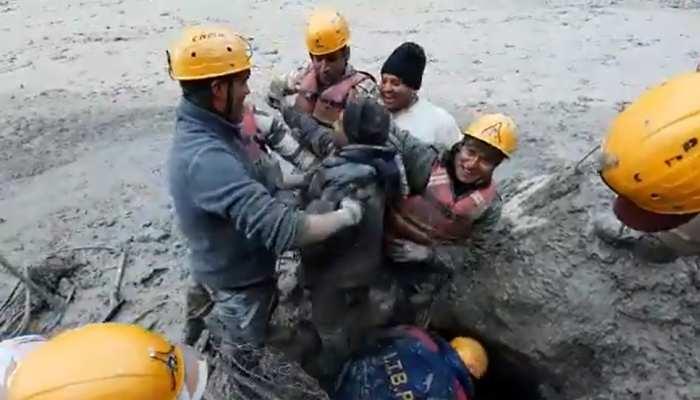 Glacier Blast: मौत से जंग जीतकर सुरंग से बाहर आया मज़दूर और नाचने लगा, देखिए VIDEO