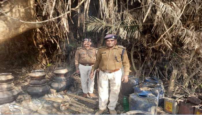 Indo-Nepal सीमा पर पुलिस के नाक के नीचे चल रहा शराब निर्माण का काम, पकड़ी गईं सैकड़ों भट्ठियां ध्वस्त