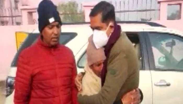 DM से लिपटकर रोए शहीद सिपाही देवेंद्र के पिता, बोले- बुझ गया घर का इकलौता चिराग