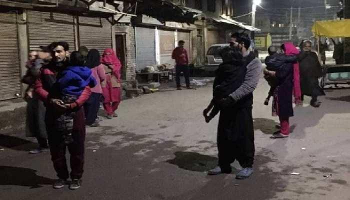 दिल्ली समेत भूकंप से कांपा उत्तर भारत, बच्चों को गोद में लेकर घरों से बाहर निकले लोग