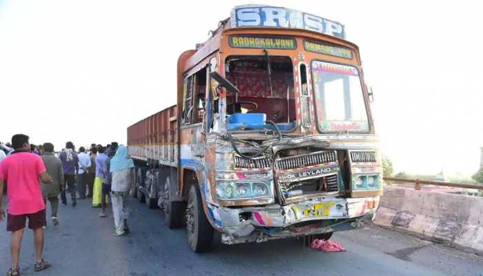 Accident: आंध्र प्रदेश में आमने सामने भिड़े बस और ट्रक, 14 लोगों की मौत