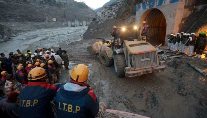 Uttarakhand Disaster: सुरंग के बाहर 7 दिन से अपने बच्चों की बाट जोह रही 'मां'