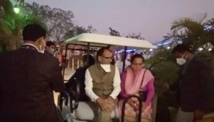 CM शिवराज का नया अंदाज, पत्नी साधना सिंह के साथ इस तरह मनाई वैलेंटाइन डे की शाम