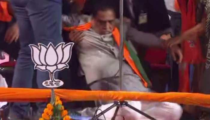 भाषण देते वक्त अचानक बेहोश होकर मंच पर गिरे गुजरात के CM, देखिए VIDEO