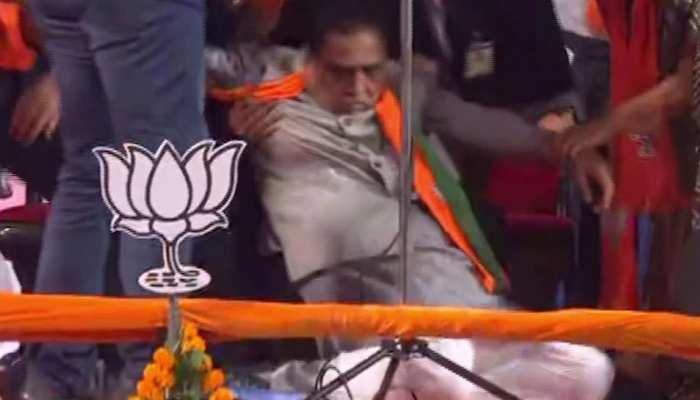 Gujarat: मंच पर बेहोश होकर गिरे थे सीएम Vijay Rupani, अब जांच में निकले कोरोना पॉजिटिव
