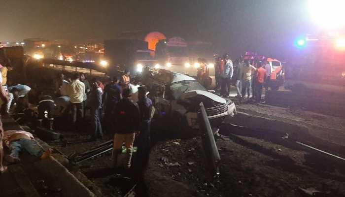 Accident: महाराष्ट्र में कंटेनर ने 4 गाड़ियों में मारी टक्कर, एक ही परिवार के 4 लोगों की मौत; 5 लोग घायल