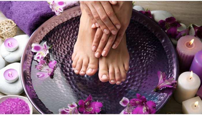 Pedicure At Home: पार्लर के बजाय घर पर रखें पैरों का ख्याल, इन आसान स्टेप्स से बढ़ाएं उनकी सुंदरता