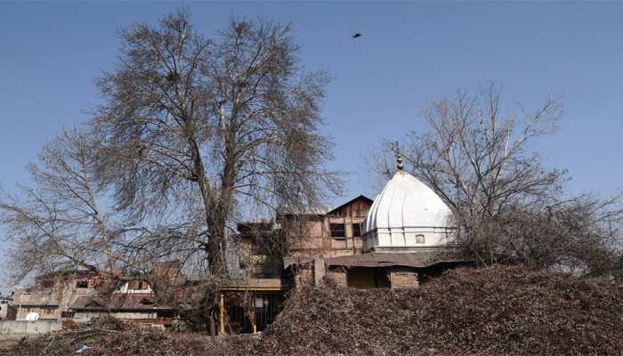 जम्मू-कश्मीर में 31 साल बाद खुला यह मंदिर, मुस्लिम समुदाय के लोगों ने की साफ-सफाई