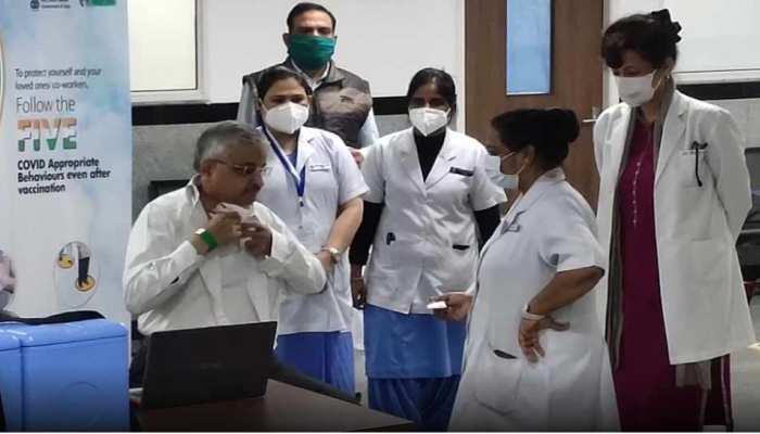 Corona Vaccination: AIIMS निदेशक रणदीप गुलेरिया ने लगवाई टीके की दूसरी डोज, कहा- डरे नहीं आगे बढ़ें