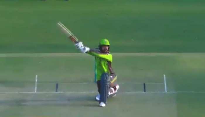 PSL 2021 में Rashid Khan खान ने लगाया ऐसा Helicopter Shot, आ गई MS Dhoni की याद