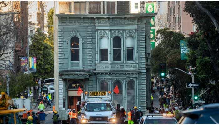 Viral Video: सड़क पर अचानक चलने लगा San Francisco Victorian House, देखते रह गए लोग