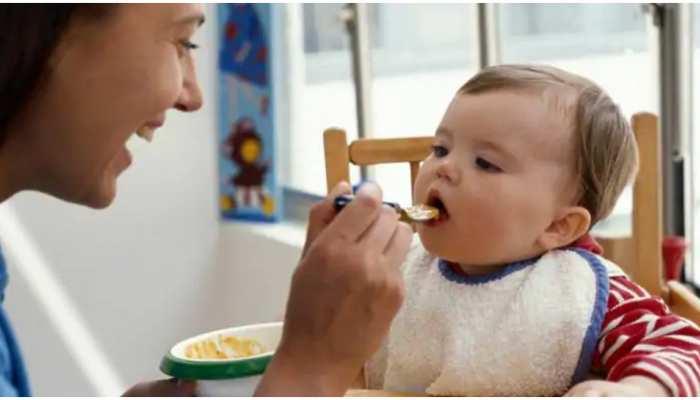 Parenting Tips: छोटे बच्चे को न खिलाएं ये चीजें, गले में कुछ अटक जाने पर आजमाएं घरेलू नुस्खे