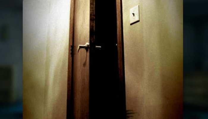 कमरे से आ रही थी बदबू, जब पुलिस ने खोला दरवाजा तो उड़ गए होश