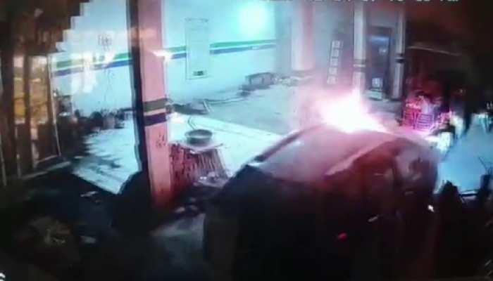 अजीबो गरीब हादसा: शोरूम में अपने आप चलने लगी धधकती कार, सबकुछ हो गया स्वाहा, देखें CCTV