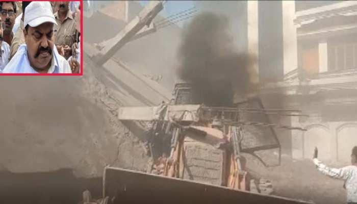 माफिया अतीक के करीबी की अवैध इमारत पर चला बुलडोजर, 3 मंजिला इमारत जमींदोज