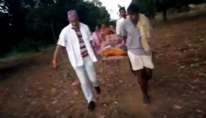 जज्बे को सलाम: खाट के सहारे महिला को 2 KM तक ले गया एंबुलेंस स्टाफ, बचा ली जान, देखिए VIDEO