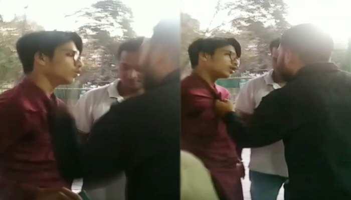 चिड़ियाघर घूमने पहुंचे युवक से इंदौर निगमकर्मी ने कॉलर पकड़कर की मारपीट, सोशल मीडिया पर वीडियो वायरल