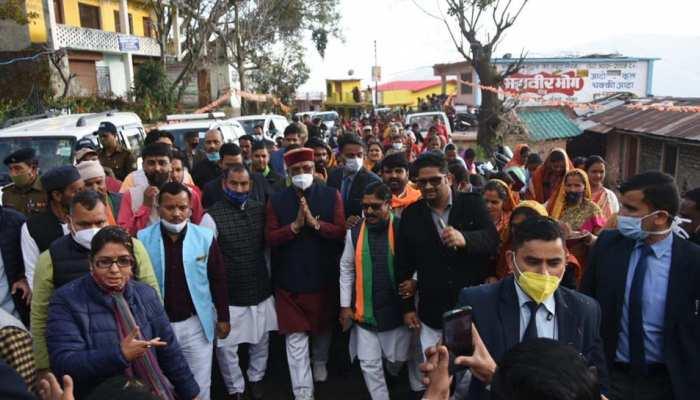 रानीखेत पहुंचे सीएम त्रिवेंद्र सिंह का हुआ जोरदार स्वागत, पार्टी कार्यकर्ताओं से की मुलाकात
