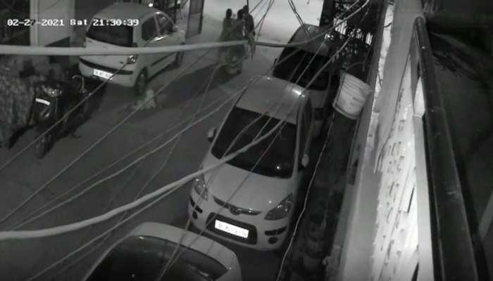 Delhi: Chain Snatching के लिए महिला के गले पर चाकू से वार, मौत; CCTV में कैद हुई वारदात