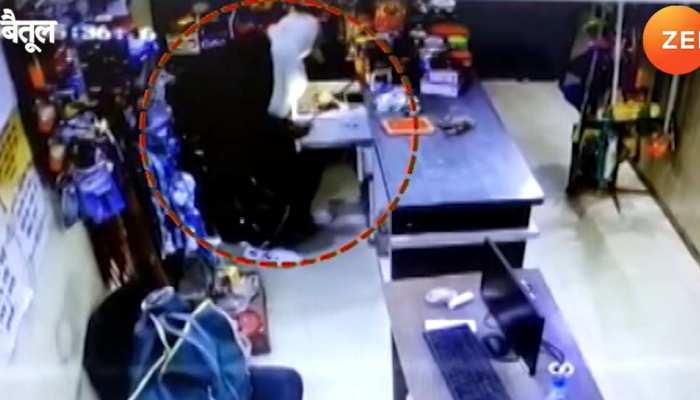 कार से उतरा, तीन दुकानों के ताले तोड़े, काजू, बादाम, किशमिश और फेसवॉश उड़ा ले गया चोर
