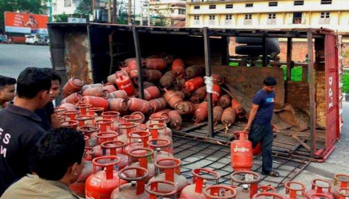 LPG Gas Cylinder Price Today: आज से 25 रुपये महंगा हुआ LPG सिलेंडर, दिल्ली, मुंबई में 819 रुपये चुकाने होंगे