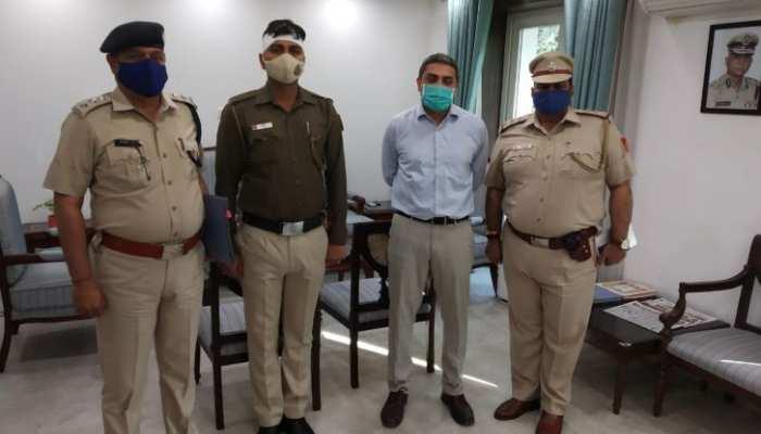 Delhi: पुलिस को आता देख नाले में कूदा मनचला, सिपाही ने भी लगा दी छलांग और फिर...