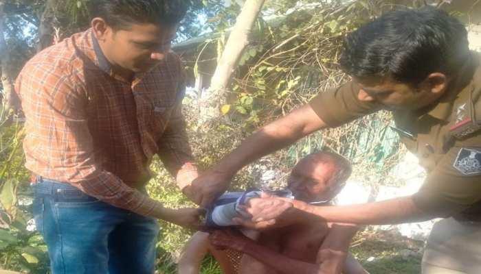 मानवता: जंगल में भूखे प्यासे पड़े थे बुजुर्ग, पुलिस वाले लेकर आए नहलाकर कपड़े बदलवाए