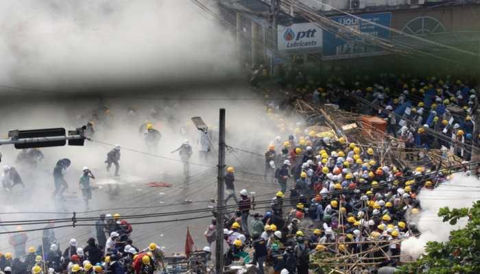 Myanmar: प्रदर्शनकारियों का सख्ती से दमन कर रहा सैन्य प्रशासन, आंसू गैस के साथ गोलीबारी में 33 की मौत