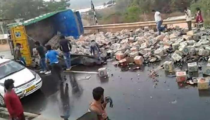 बीयर से भरा ट्रक पलटा तो मच गई लूट, घायल पड़ा कराहता रहा ड्राइवर