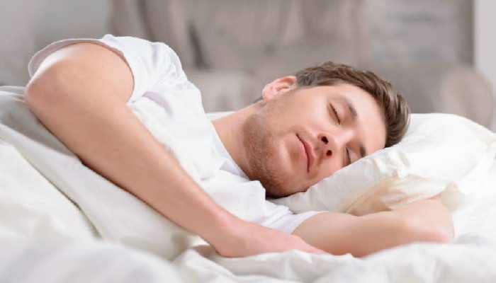 कहीं सोने से पहले आप भी तो नहीं करते ये गलती, पड़ सकती है भारी!