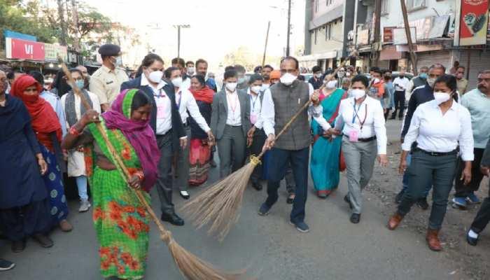 महिला सफाई कर्मियों के साथ CM शिवराज ने झाड़ू लगाई, 'चाय पर चर्चा' के बाद पुरुषों को दी यह नसीहत
