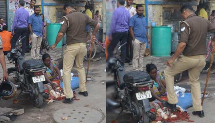 सड़क किनारे पूजा का सामान बेच रही थी महिला, सिपाही ने जूते से रौंद दी मालाएं
