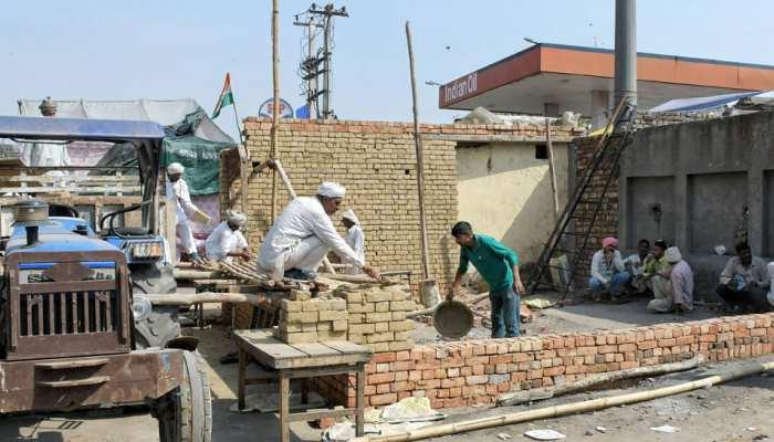 Delhi: किसानों ने बॉर्डर पर बनाने शुरू किए पक्के मकान, Delhi Police ने रोका निर्माण