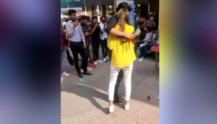 पाकिस्तान: यूनिवर्सिटी में कपल ने किया कुछ ऐसा कि VIRAL हो गया VIDEO